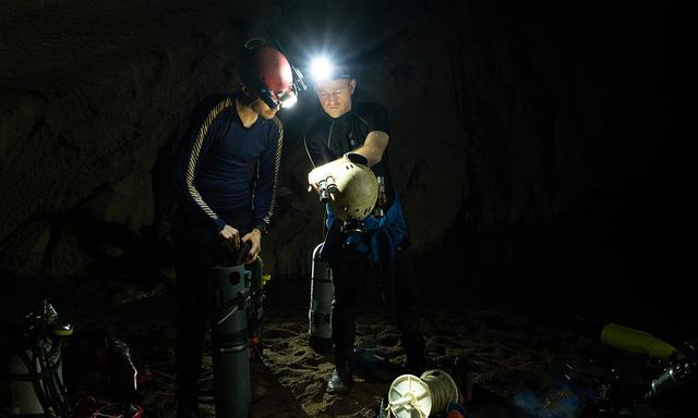Các chuyên gia lặn hang động hàng đầu thế giới khám phá hệ thông sông ngầm ở dưới đấy hang Sơn Đoòng - Ảnh Oxalis.
